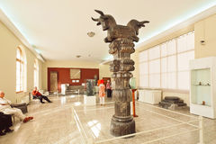 Gesneden kolom van oude Persepolis en sommige toeristen binnen het Nationale Museum Royalty-vrije Stock Foto's