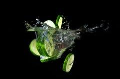 Gesneden komkommer bespattend water Royalty-vrije Stock Foto's