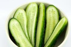 Gesneden komkommer in de schotel Stock Foto