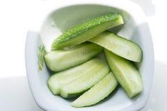 Gesneden komkommer in een kom Stock Fotografie