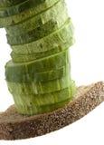 Gesneden komkommer op het brood Stock Foto