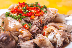 Gesneden koude kip met Spaanse pepersaus Stock Afbeeldingen