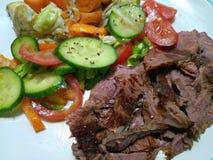 Gesneden middelgroot zeldzaam braadstukrundvlees met groenten Royalty-vrije Stock Foto