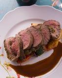 Gesneden middelgroot zeldzaam die lapje vlees met geroosterde groenten en rode wijn wordt gediend Royalty-vrije Stock Foto