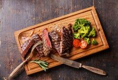 Gesneden middelgroot zeldzaam geroosterd lapje vlees Ribeye met broccoli stock foto