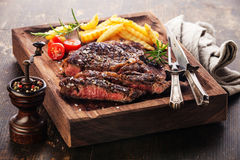 Gesneden middelgroot zeldzaam geroosterd Lapje vlees Ribeye met frieten Stock Foto's
