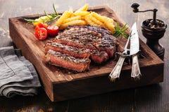 Gesneden middelgroot zeldzaam geroosterd Lapje vlees Ribeye met frieten stock afbeeldingen