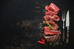 Gesneden middelgroot zeldzaam geroosterd rundvlees ribeye lapje vlees royalty-vrije stock fotografie