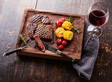 Gesneden Middelgroot zeldzaam Lapje vlees Ribeye met graan en kersentomaten stock foto's