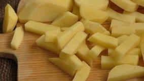 Gesneden oude aardappels op een scherpe raad stock video