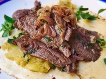 Gesneden panrundvlees met spinazie en aardappelrosti Royalty-vrije Stock Foto's