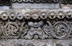 Gesneden patronen op historische muren van Indische steentempel Hoysaleswara, India De tempel werd gebouwd in 1150 Stock Fotografie