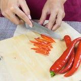 Gesneden peper op houten plaat stock fotografie