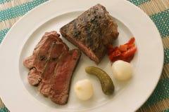 Gesneden peperlapje vlees met zure groenten Royalty-vrije Stock Foto