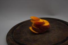 Gesneden perzik bij het snijden van lijst stock foto's
