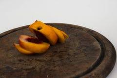 Gesneden perzik bij het snijden van lijst stock afbeeldingen