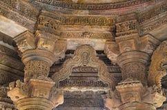 Gesneden pijlers en plafond van de Zontempel Gebouwd in 1026 - ADVERTENTIE 27 tijdens regeert van Bhima I van de Chaulukya-dynast royalty-vrije stock fotografie