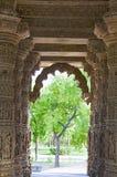 Gesneden pijlers en plafond van de Zontempel Gebouwd in 1026 - ADVERTENTIE 27 tijdens regeert van Bhima I van de Chaulukya-dynast stock foto's