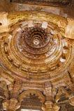 Gesneden plafond van de Zontempel Gebouwd in 1026 - ADVERTENTIE 27 tijdens regeert van Bhima I van de Chaulukya-dynastie, Modhera stock foto's