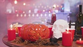 Gesneden pompoen als Halloween-stilleven en andere decorelementen in een bar stock footage
