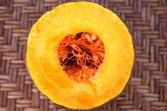 Gesneden pompoen met dalingen van sap, de kern van de pompoen stock afbeelding
