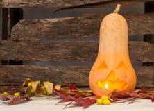 Gesneden pompoen met Halloween-kaars op oude rustieke houten achtergrond Royalty-vrije Stock Foto's