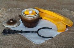 Gesneden pompoen voor het koken in een pot Stock Afbeeldingen