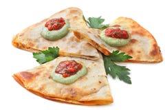 Gesneden quesadilla op witte achtergrond royalty-vrije stock fotografie