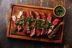 Gesneden Ribeye-lapje vlees met chimichurrisaus Royalty-vrije Stock Afbeeldingen
