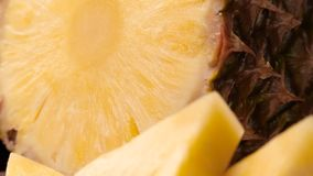 Gesneden rijpe ananas stock videobeelden
