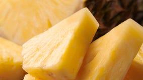 Gesneden rijpe ananas stock footage