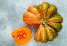 Gesneden rijpe organische pompoen Gezond voedsel, dieet, vegetariër Stock Foto's