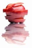 Gesneden rode appel die in het water wordt weerspiegeld stock afbeelding