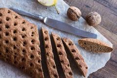 Gesneden roggebrood met een mes, okkernoten, hoogste mening Royalty-vrije Stock Fotografie