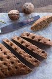 Gesneden roggebrood met een mes, okkernoten, hoogste mening Stock Foto