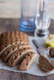 Gesneden roggebrood met een mes, okkernoten, peer, peper, verti Stock Foto
