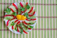 Gesneden salade op een plaat Stock Foto's