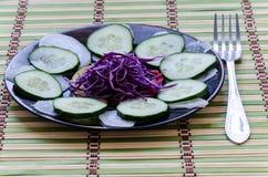 Gesneden salade op een plaat Royalty-vrije Stock Foto