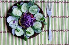 Gesneden salade op een plaat Royalty-vrije Stock Afbeeldingen