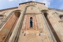 Gesneden siersteenvoorgevel van Svetitskhoveli-Kathedraal, die 4de eeuw in Mtskheta, Georgië wordt ingebouwd Royalty-vrije Stock Afbeeldingen