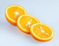 Gesneden sinaasappel op een lichtblauwe achtergrond Stock Foto's