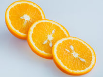 Gesneden sinaasappel op een lichtblauwe achtergrond Royalty-vrije Stock Afbeelding