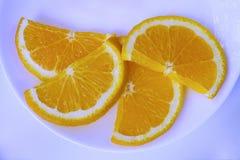 Gesneden sinaasappel op een plaat stock afbeelding