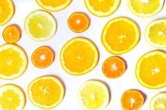 Gesneden sinaasappelen en citroen geïsoleerd patroon als achtergrond Stock Afbeelding
