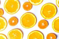 Gesneden sinaasappelen en citroenpatroon als achtergrond Royalty-vrije Stock Foto's