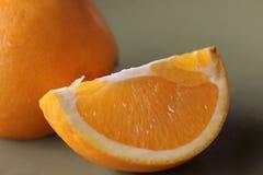 Gesneden sinaasappelen op een plaat Stock Fotografie