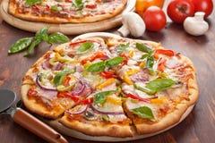 Gesneden smakelijke pizza stock foto's