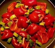 Gesneden Spaanse pepers met gesneden Lekken royalty-vrije stock afbeeldingen