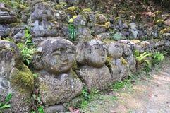 Gesneden steencijfers van Rakan bij Otagi-nenbutsu-jitempel in Aronskelken Stock Fotografie