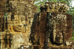 Gesneden steengezichten bij oude tempel in Angkor Wat, Kambodja Stock Afbeeldingen